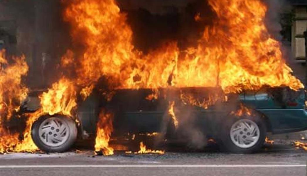 رجل لبناني يضرم النار في سيارته بعد أن يئس من تأمين وقودها