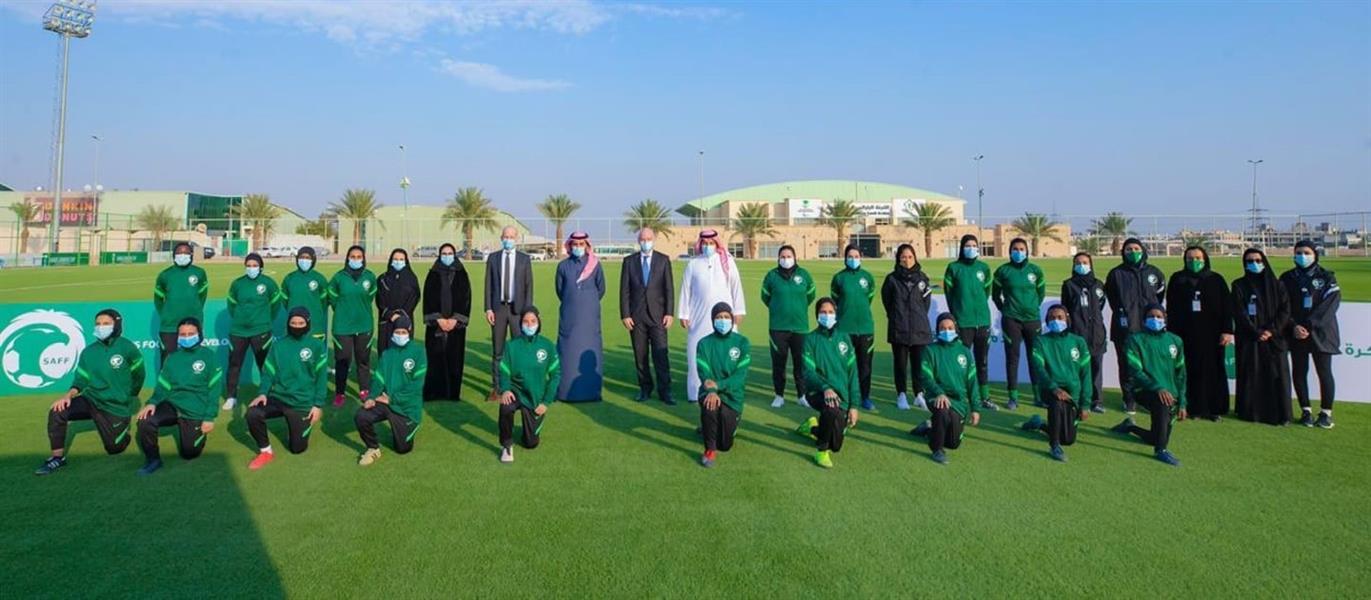 """رئيس """"فيفا"""" مع أعضاء كرة القدم النسائية في المملكة"""