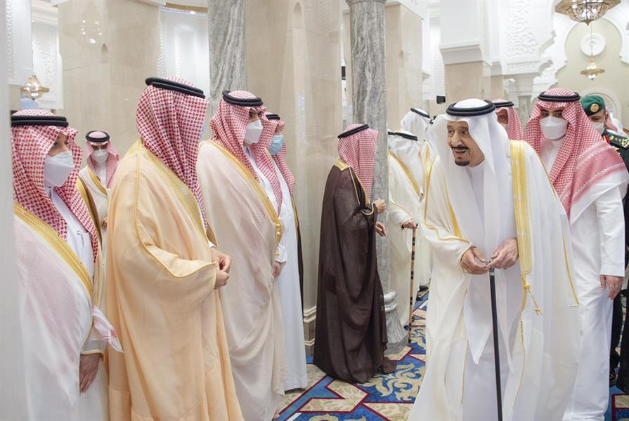 خادم الحرمين الشريفين يؤدي صلاة عيد الفطر في نيوم