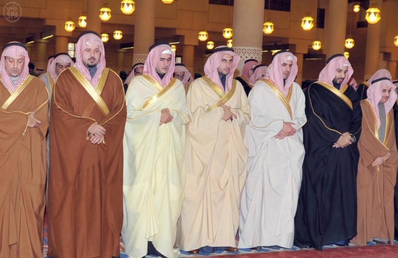 سمو ولي العهد يؤدي صلاة الميت على سمو الأميرة لطيفة بنت فهد بن عبدالعزيز