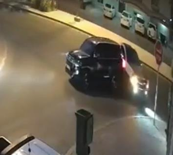 شجار يتحول إلى تصادم بين سائقين على طريق عام في الكويت