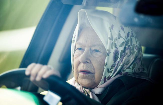 نتيجة بحث الصور عن الملكة إليزابيث تقود سيارتها للمشاركة في سباق رويال وندسور للخيول
