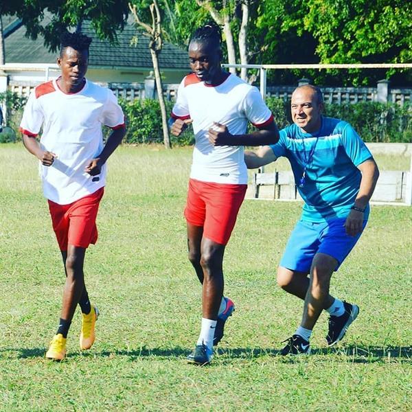 مدرب مصري يركض خلف اللاعبين بالعصا