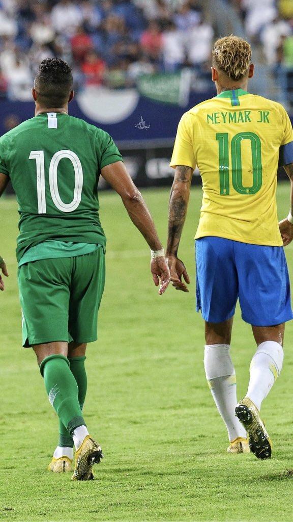 شاهد: سالم الدوسري يحصل على قميص الساحر البرازيلي
