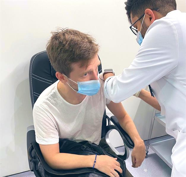 """لاعبو """"الرائد"""" يتلقون اللقاح المضاد لفيروس """"كورونا""""(صور)"""