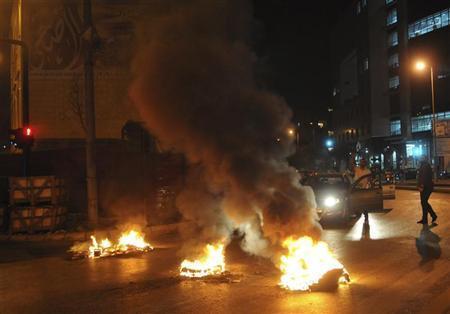 محتجون سنة يحرقون اطارات سيارات احتجاجا على مقتل وسام الحسن في بيرو