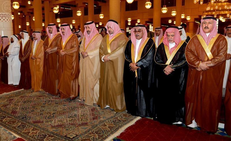الأمير أحمد وأمير الرياض يؤديان صلاة الميت على الفقيد عبدالله السديري