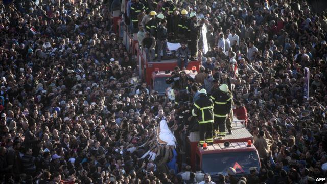 تشييع جثمان شرطي مصري راح ضحية الهجوم على مبنى شرطة المنصورة