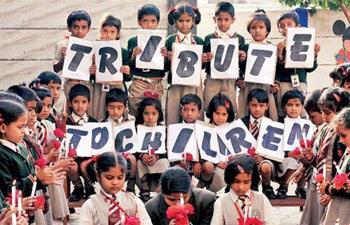 طلاب مدرسة هندية يتضامنون مع ضحايا المدرسة الباكستانية