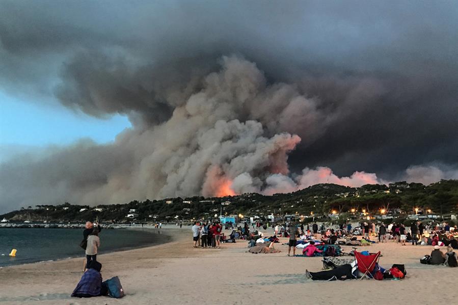 حرائق جنوب فرنسا في 26 يوليو والتي تم على إثرها إجلاء أكثر من 10 آلاف شخص وهي واحدة من أضخم الحرائق على طول ساحل البحر المتوسط