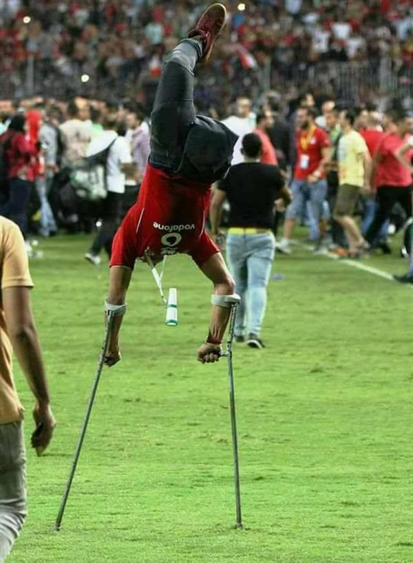 صورة شغلت مصر وحتى الفيفا... صورة شاب يرقص فرحا على عكازين في ملعب الجيش ببرج العرب إثر تأهل منتخب مصر لمونديال روسيا