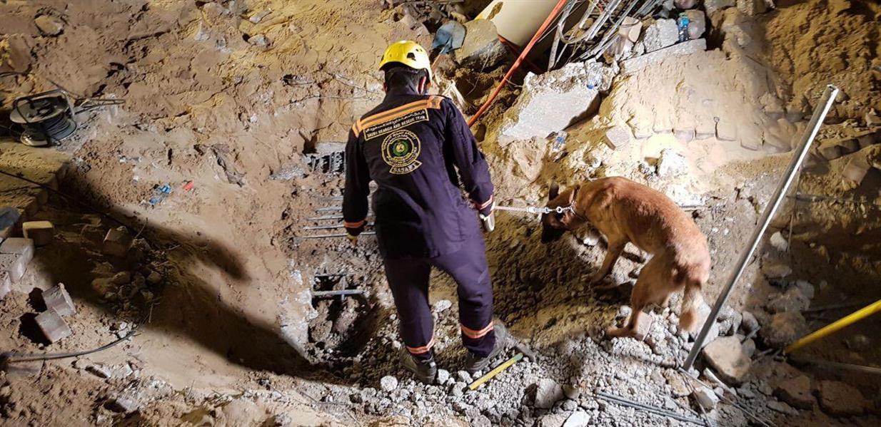 انتشال جثـة مقيم من تحت أنقاض المجمع التجاري بالخُبر