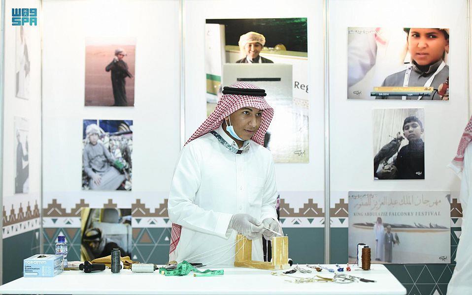 شاب سعودي يمتهن حرفة صناعة أدوات الصقور بإتقان (صور)