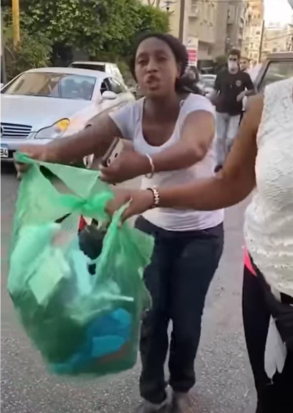 لبنانية تلقي بخادمتها الكينية في الشارع.. أغراضها بكيس قمامة