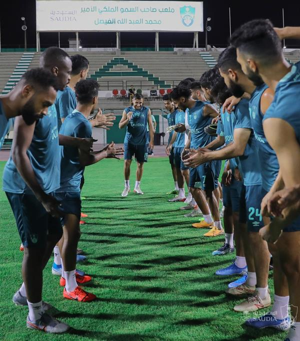 بالصور .. بلايلي يشارك بفعالية في تدريبات الأهلي.. وسيموس يؤازر لاعبي الفريق