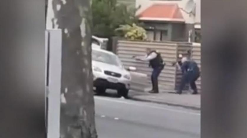 صورة من الفيديو المتداول للحظة القبض على أحد منفذي الهجوم
