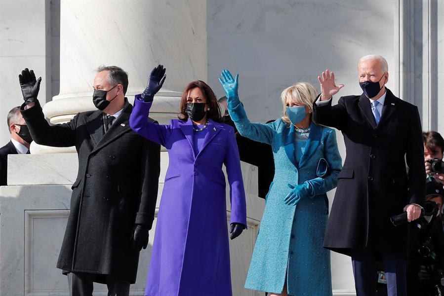 لحظة وصول جو بايدن وكامالا هاريس للبيت الأبيض