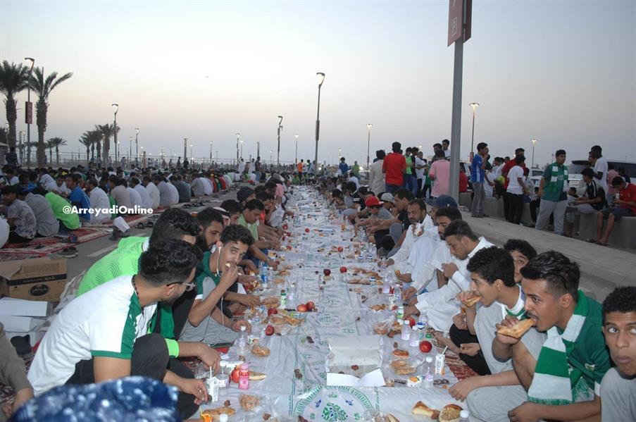 """بالفيديو والصور.. الجماهير السعودية تتناول فطور عاشوراء خارج """"الجوهرة"""" على ذكرى الفقيد """"مسعود"""""""