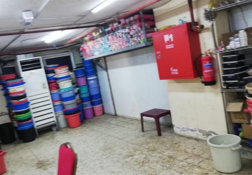 ضبط وإغلاق مستودع مخالف للاشتراطات في بلدية العزيزية