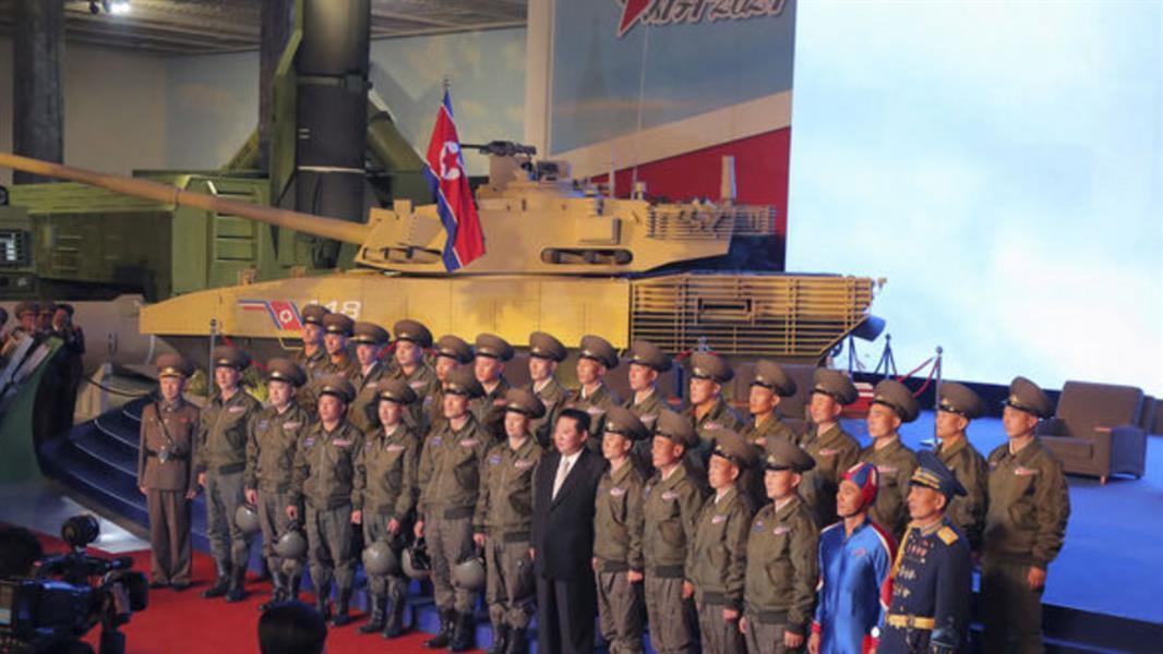 جندي كوري شمالي بزي أزرق يثير ضجة في وسائل التواصل