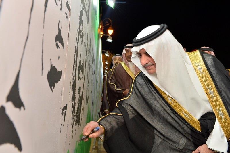 فهد بن سلطان يرفع علامة النصر ويلتقط الصور مع الأهالي باحتفالات اليوم الوطني