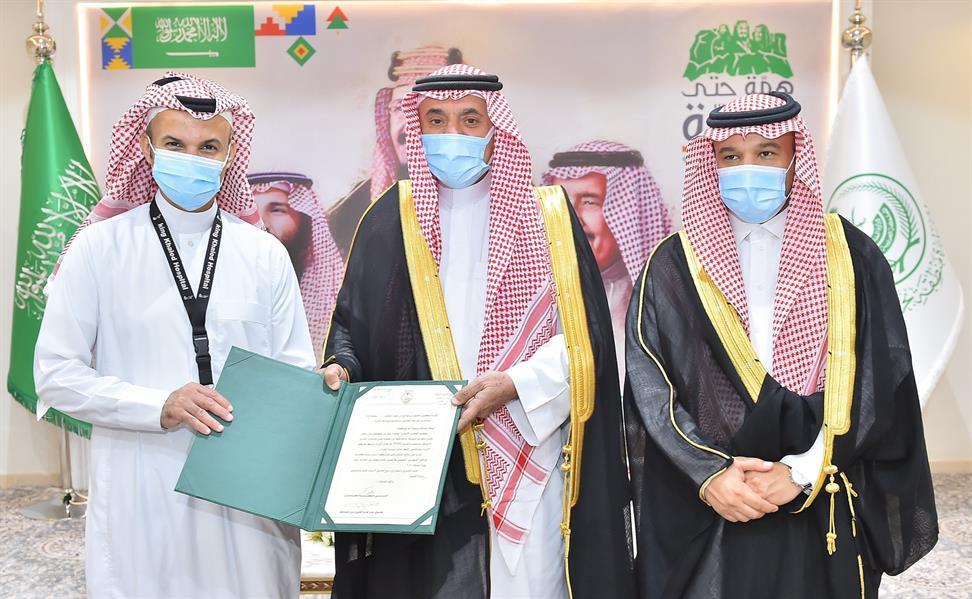 أمير نجران يكرم طبيبًا سعوديًا حقق إنجازًا فريدًا على مستوى الشرق الأوسط