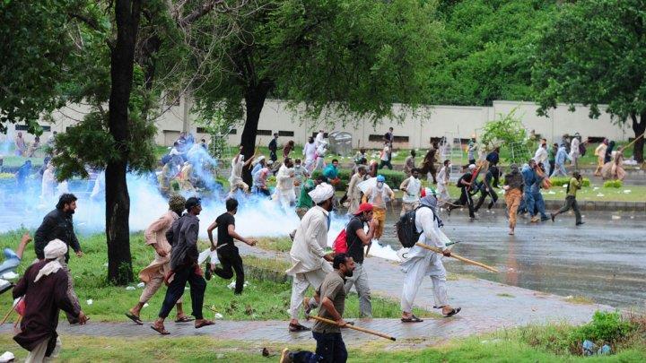 معارضون في باكستان يقتحمون مقر التلفزيون الرسمي ويقطعون البث