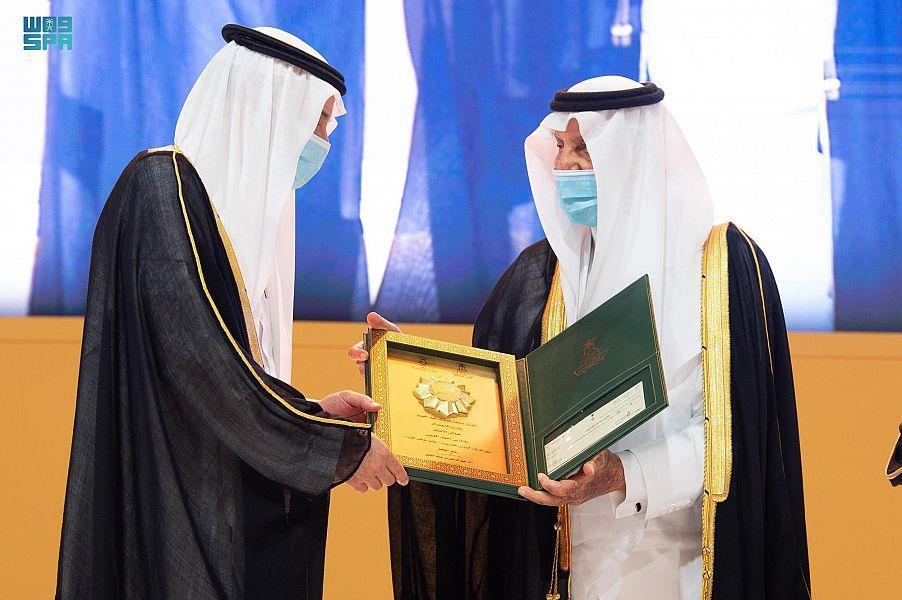 """أمير مكة المكرمة يتوّج """"الجبير"""" بجائزة الاعتدال"""