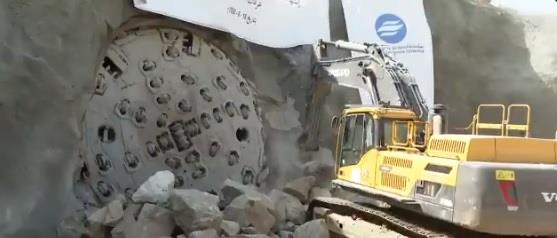 آلة الحفر العملاقة اخترقت 12 كلم وسط الجبال.. انتهاء المرحلة الأولى من إيصال المياه المحلاة إلى الطائف والباحة