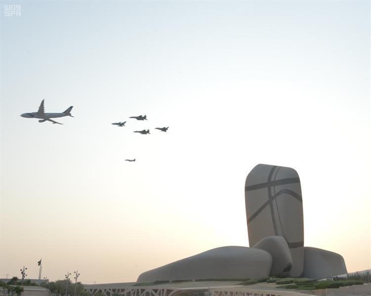 القوات الجوية تختتم عروضها بأجمل تشكيل جوي ملون في سماء الشرقية