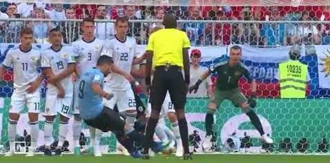 فيديو.. لاعب روسيا يرتكب خطأ كوميديا ويمكّن سواريز من إحراز هدف