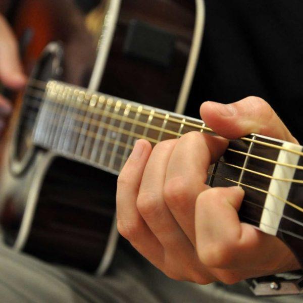 شبان سعوديون يفتتحون مركزًا لتعليم الموسيقى للجنسين
