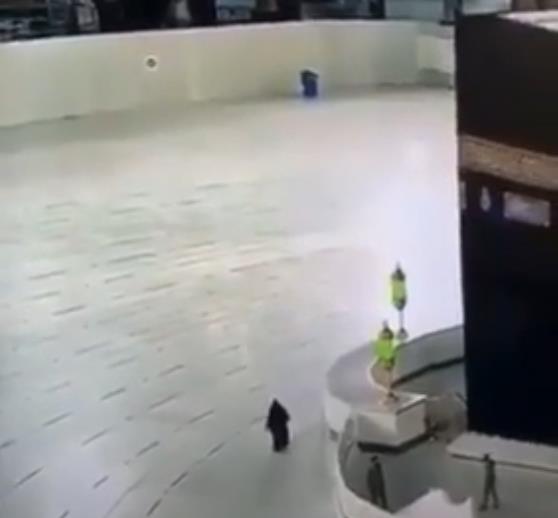 في مشهد نادر.. امرأة تطوف حول الكعبة بمفردها