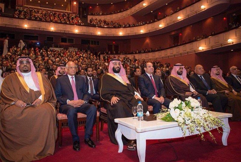 تشابه يفصله 70 عاماً.. صورتان لولي العهد وجده الملك عبدالعزيز يحضران عرضين مسرحيين في مصر