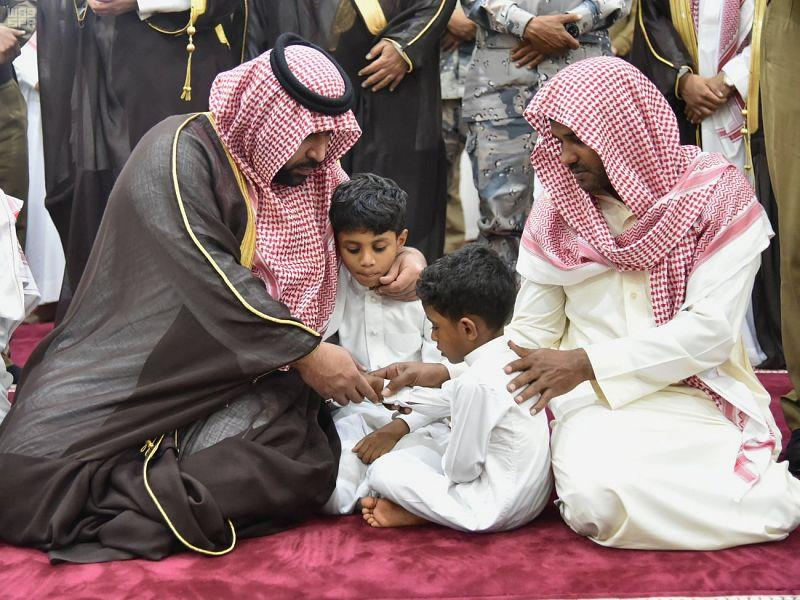 """بالصور.. أمير جازان بالنيابة يؤدي صلاة الميت على الشهيد """"التويتي"""".. وأطفاله في مقدمة الصفوف"""