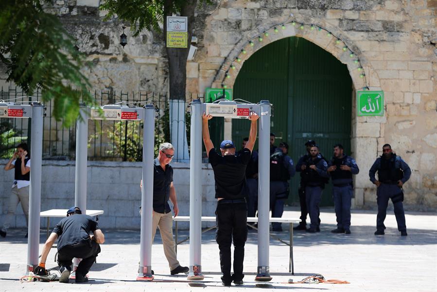 بوابات لكشف المعادن ركبتها سلطات الاحتلال على أبواب الأقصى