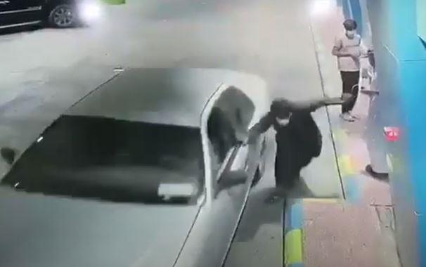 لحظة سرقة سيارة تركها صاحبها في وضع التشغيل بمحطة وقود