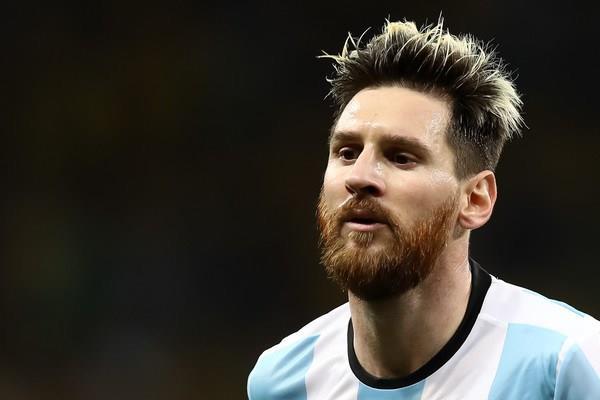 «الفيفا» يوقف ميسي 4 مباريات مع الأرجنتين لشتمه الحكم - فيديو