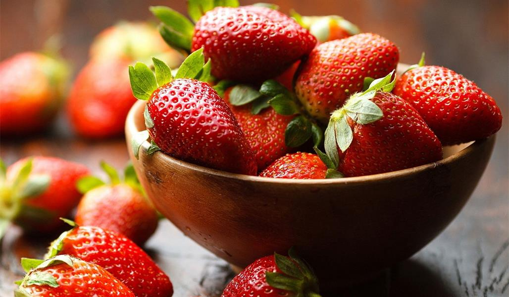 """الفراولة: يحتوي كل كوب من عصير الفراولة على 98 مليجرام من فيتامين """"سي""""."""