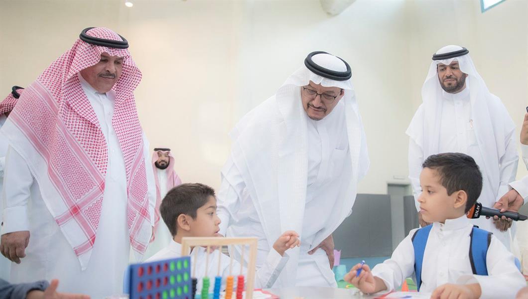 نتيجة بحث الصور عن فيديو وصور.. وزير التعليم يحضر الطابور الصباحي بإحدى مدارس الرياض ويردد النشيد الوطني مع الطلاب