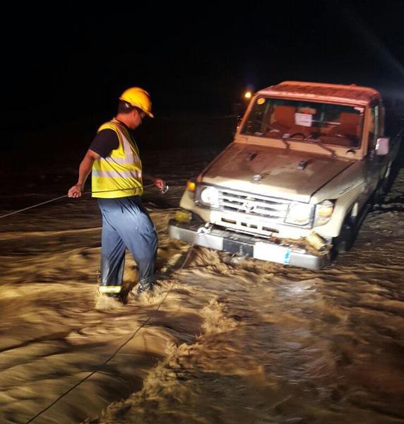 """هطول أمطار على محافظة العلا.. و""""المدني"""" ينقذ 14 شخصاً"""