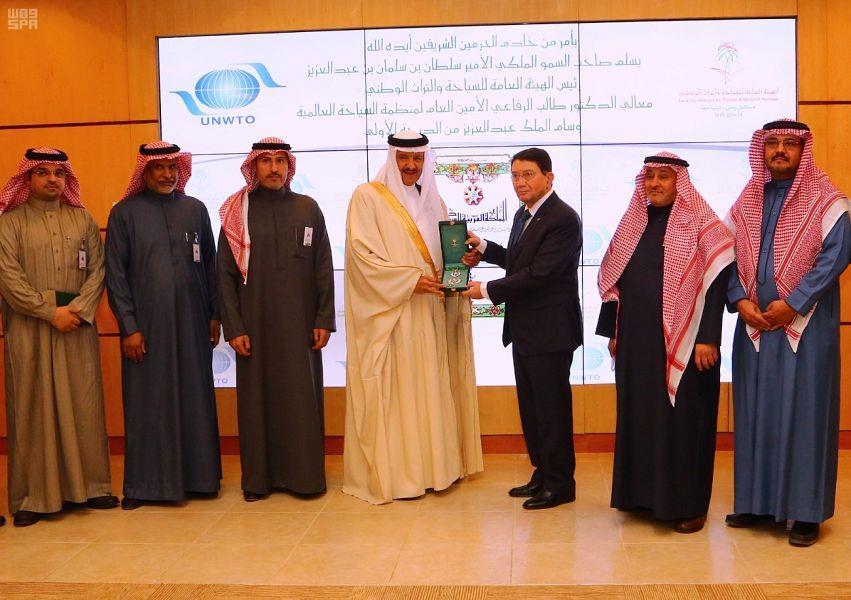 خادم الحرمين يوجه بمنح أمين عام منظمة السياحة العالمية وسام الملك عبدالعزيز من الدرجة الأولى