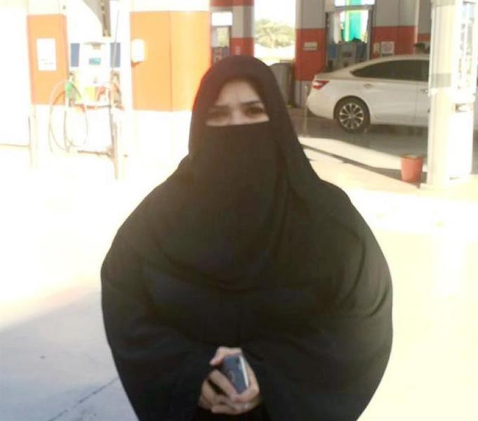 كسرت احتكار الرجال وتخطت حاجز العيب.. سعودية تشرف على محطة بترول (صور)
