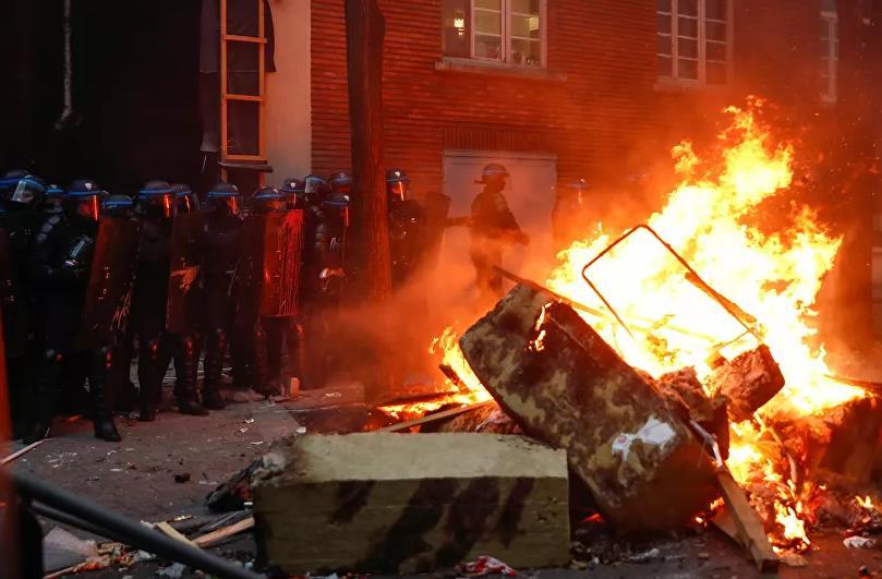 شاهد.. حرق نحو 60 سيارة في أعمال شغب خلال احتفالات رأس السنة بفرنسا