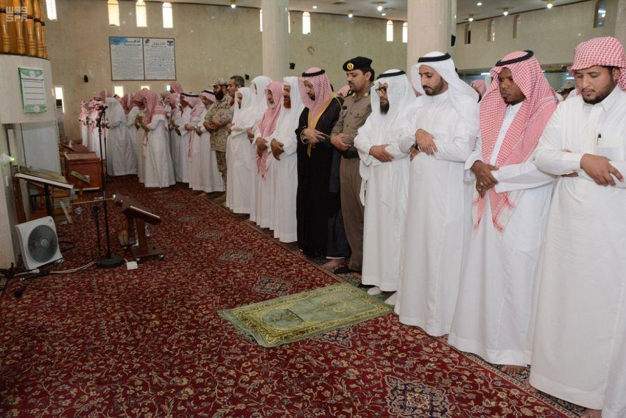 بالصور.. جموع المصلين تشيع شهيد الواجب خالد عسيري في محايل