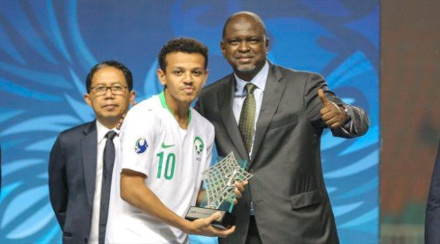 عاجل- تركي العمار يتوج بجائزة أفضل لاعب شاب في آسيا