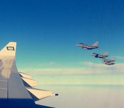 شاهد.. طائرات حربية تستقبل وترافق طائرة ولي العهد فور دخولها الأجواء المصرية