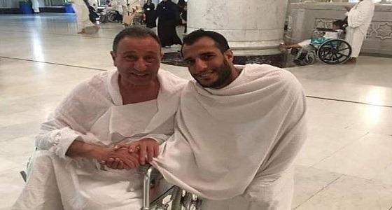 بالصور.. محمود الخطيب يؤدي مناسك العمرة على كرسي متحرك