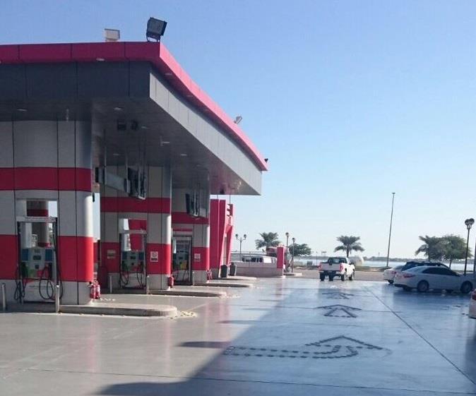 كسرت احتكار الرجال وتخطت حاجز العيب.. أول سعودية تشرف على محطة بترول (صور)