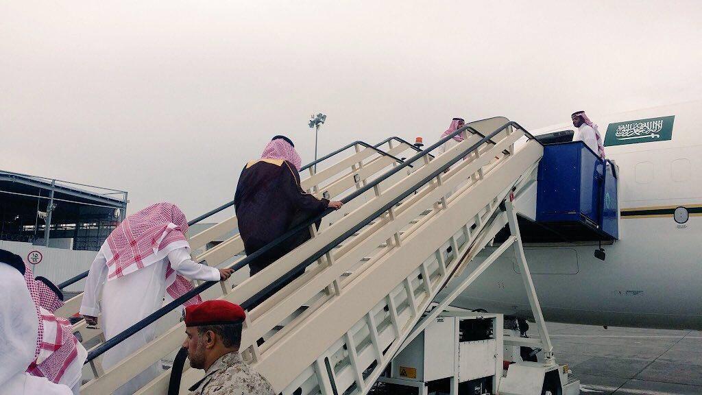 شاهد.. أمير عسير وإخوة الأمير منصور بن مقرن يرافقون جثمانه إلى الرياض